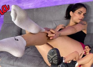 Sexy brunette Chiara tempts you with her smelly feet